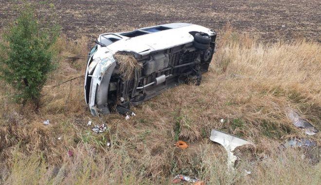 GALERIE FOTO. Accident rutier pe A2, între un microbuz si un autoturism - 71151857495493187911911821576134-1569397099.jpg