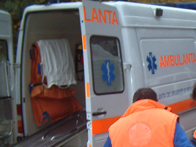 Femeie lovită de un Hyundai, pe bulevardul Mamaia - 7131229337598ambulantaseara-1323439066.jpg