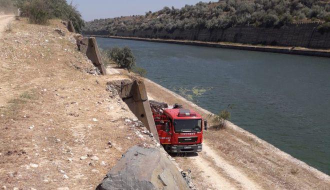 ALERTĂ! Mașină cu doi oameni, căzută în Canalul Dunăre Marea Neagră - 7augustmasinacanal2-1596800544.jpg