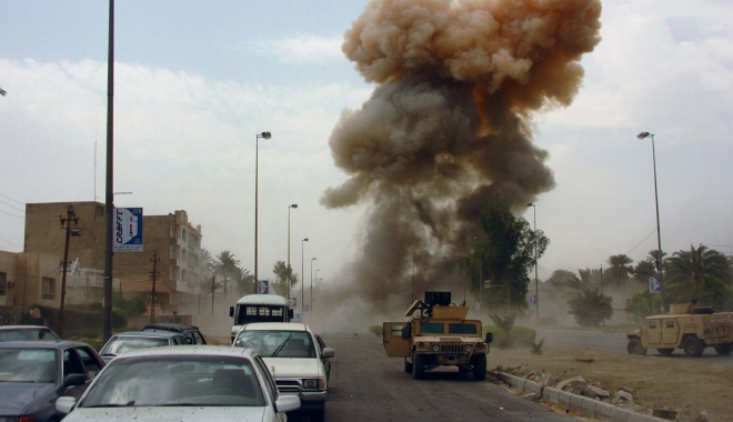 Foto: Un vehicul capcană detonat la Bagdad. Mai mulți polițiști și civili au fost omorâți