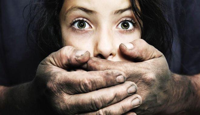 ȘOCANT! Un tată este acuzat că și-a abuzat fiicele de 800 de ori în 6 ani - abuz-1534262108.jpg
