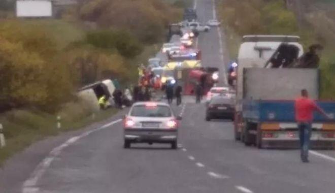 Carnaj pe șosea: Cel puțin 13 morți și zeci de răniți în urma unui accident rutier - acc-1573658625.jpg