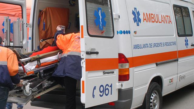 Foto: Copil căzut de la etajul unui bloc. A fost transportat de urgență la spital