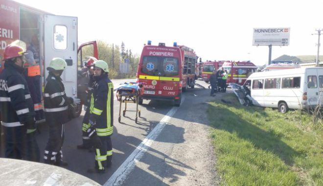 Foto: Plan roșu de intervenție, după un grav accident în care a fost implicat un microbuz. Doi oameni au murit, 11 sunt răniți
