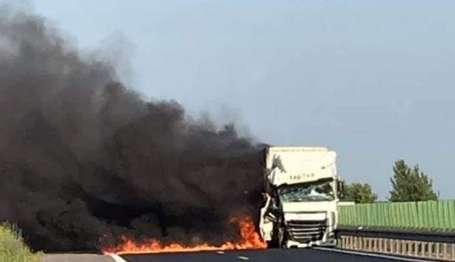 Foto: UN TIR s-a făcut scrum pe Autostrada Soarelui, în urma ciocnirii cu un alt autocamion