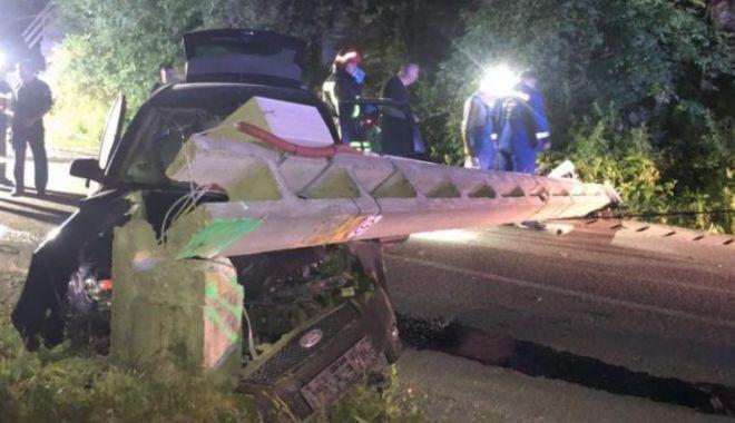 Accident rutier grav! Un tânăr de 19 ani a intrat cu mașina într-un stâlp de electricitate: un mort și doi răniți - acc-1594018047.jpg