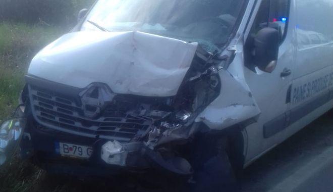 Foto: Neatenție pe DN 39. A intrat cu mașina cu pâine în utilajul de la Drumuri și Poduri