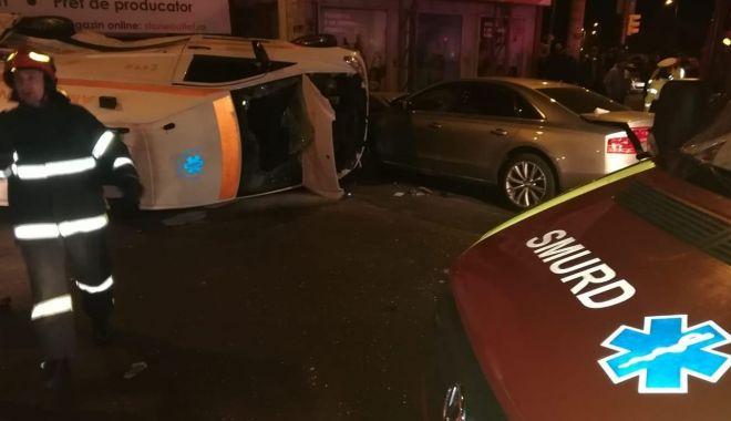 """Foto: Martoră la ACCIDENTUL de aseară. """"Audiul avea viteză mare, a târât efectiv ambulanța!"""""""