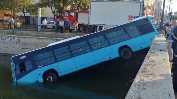 Foto: VIDEO. Primele imagini cu momentul în care autobuzul STB a căzut în Dâmbovița