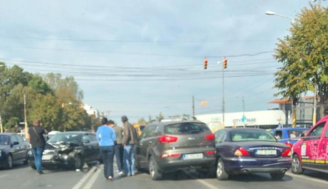 Foto: Accident între 3 autoturisme, pe bulevardul Alexandru Lăpușneanu. Traficul este îngreunat