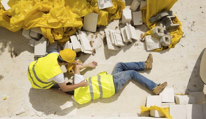Foto: Tânăr de 19 ani, accidentat la locul de muncă
