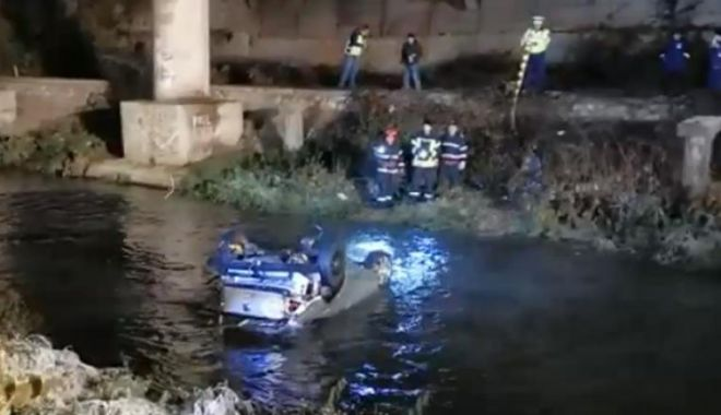 Foto: Cu mașina în râu, după o întrecere ilegală