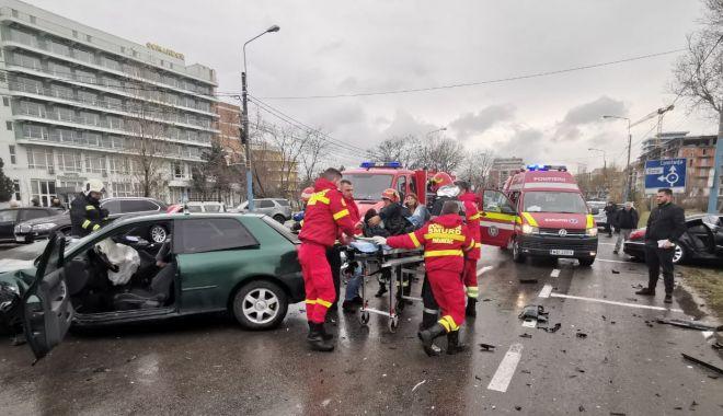 ACCIDENT în MAMAIA: trei mașini FĂCUTE PRAF și VICTIME PRINSE ÎNTRE FIARE! - accident-1578224868.jpg