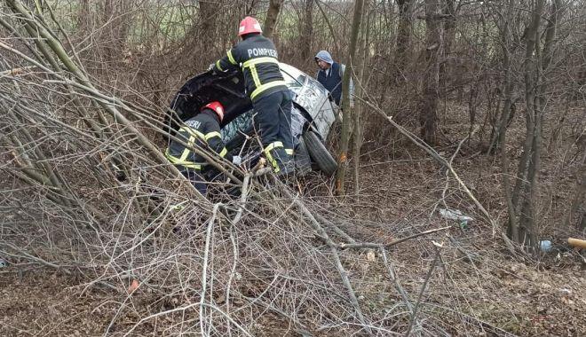 Foto: A intrat în copac! Accident soldat cu doi răniți