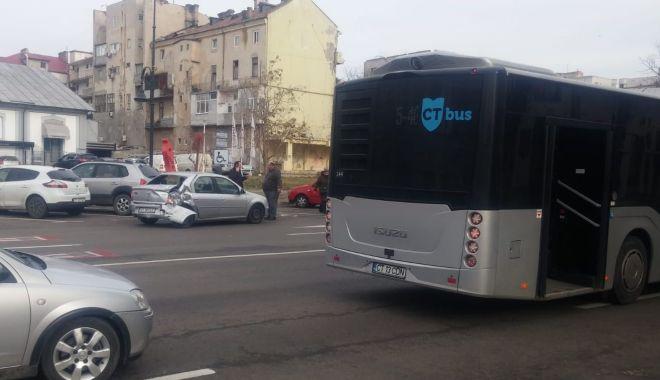 Foto: Autobuz implicat într-un accident, în centrul Constanței