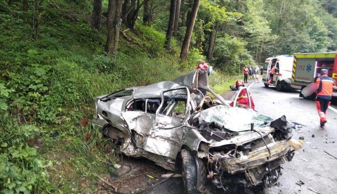 Foto: Doi oameni au murit striviți de un TIR într-o mașină