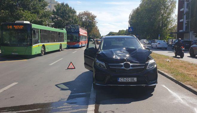 GALERIE FOTO. Femeie lovită grav de un şofer de 18 ani, pe bulevardul Mamaia - accident1-1631107031.jpg