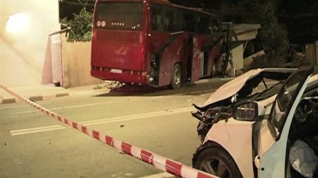 Foto: A trecut pe roșu cu autocarul, a rănit grav o șoferiță, și a spart o țeavă de gaz