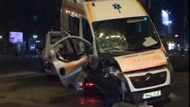 Ambulanță în misiune, proiectată în stâlp de un bolid condus de un tânăr - accident336491001-1516440212.jpg