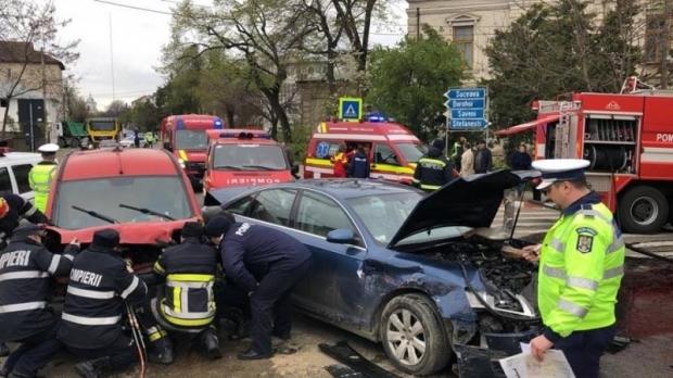 Foto: Accident cu trei mașini! Șase persoane, între care și un copil, sunt rănite
