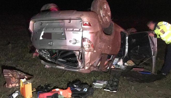 Foto: Mașină răsturnată în câmp: o familie cu doi copii, din Iași, rănită!