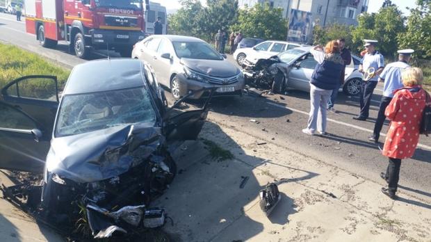 Foto: Grav accident rutier, după ce o șoferiță a adormit la volan. Un mort și trei răniți