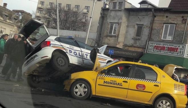 Foto: ACCIDENT GRAV! Mașină de poliție răsturnată peste un taxi. Victima, o polițistă
