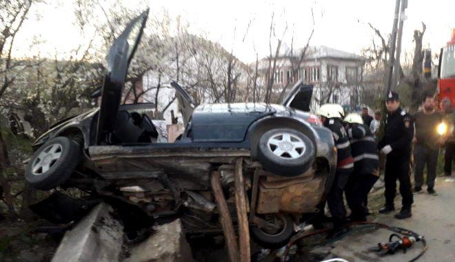 Foto: Bilanțul morților a crescut la trei, după ce o mașină a lovit un cap de pod