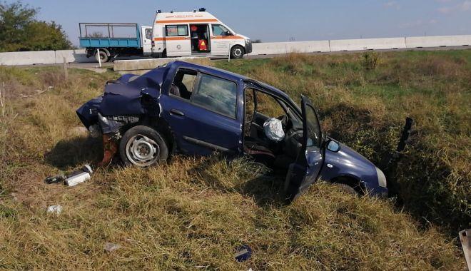 Foto: Mașină răsturnată în câmp, la ieșire din Murfatlar