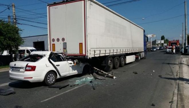 Foto: GRAV ACCIDENT RUTIER / Un șofer a intrat cu mașina sub TIR! Elicopterul SMURD, la fața locului
