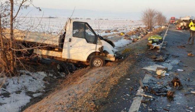 Foto: Microbuz implicat în accident. A fost activat PLANUL ROȘU. Doi morți și șapte răniți