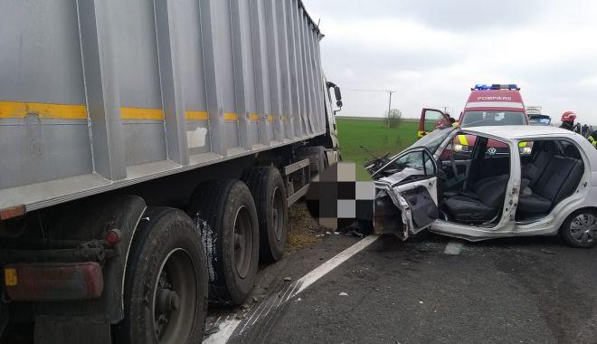 Foto: Autoturism spulberat de TIR! Șoferul, scos de pompieri dintre fiarele contorsionate