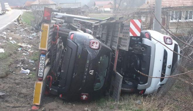 Foto: Un TIR plin cu modele Dacia Duster s-a răsturnat după un impact frontal cu un alt autotren