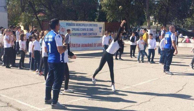Foto: Jucătorii de la Frontiera Tomis promovează oina în rândul elevilor