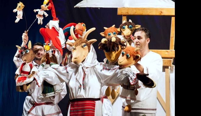 """Foto: Actorii Teatrului """"Căluțul de Mare"""" joacă în piațeta """"Perla"""""""