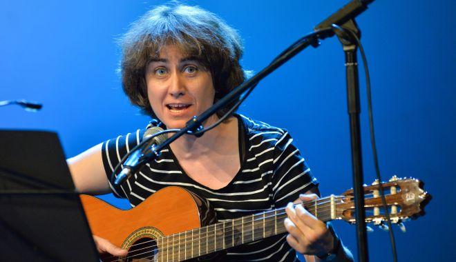"""Foto: Ada Milea cântă în clubul """"Doors"""" din Constanța"""