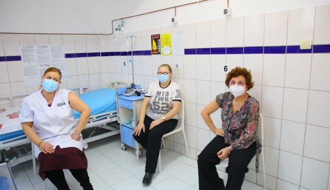Cadrele medicale din Constanţa au făcut rapelul la vaccinul anti-Covid - adouadozadevaccin1-1610899946.jpg