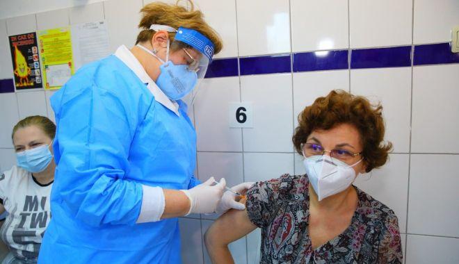 Cadrele medicale din Constanţa au făcut rapelul la vaccinul anti-Covid - adouadozadevaccin2-1610899959.jpg