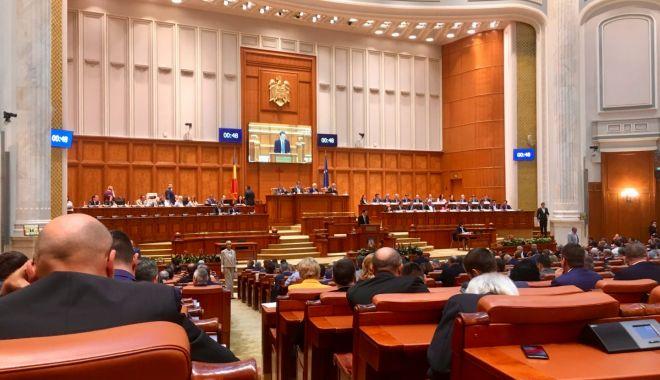 Foto: Un semnatar al moțiunii nu a venit la Parlament, pentru că este la vânătoare