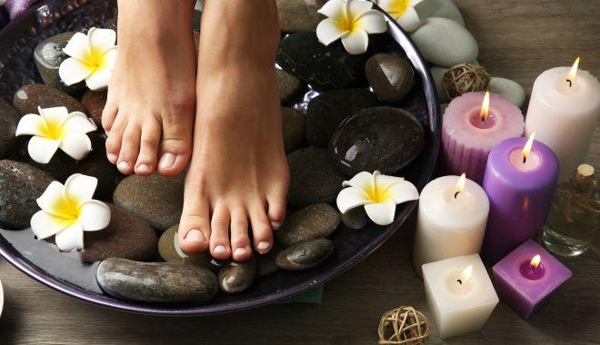 Foto: Ai picioarele reci? Încearcă masajul cald, hidroterapia sau ceaiul de ghimbir