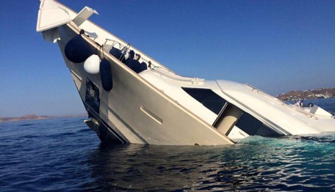 Foto: Ajutați de polițiștii de frontieră după ce au rămas cu yacht-ul suspendat