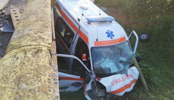 O ambulanță care transporta un pacient cu COVID-19 a căzut de pe un pod după ce s-a ciocnit cu o mașină - ambulanta-1597299516.jpg