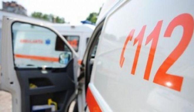 Moped lovit de o mașină. O victimă a ajuns la spital - ambulanta-1602839834.jpg
