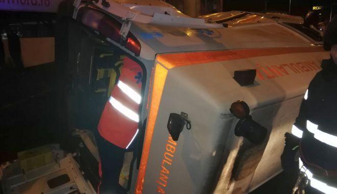 Foto: Ambulanță răsturnată, la Constanța. O asistentă medicală, rănită grav