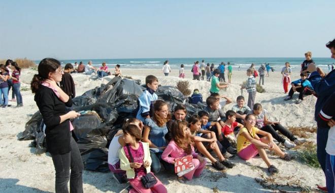 Foto: Amplă acțiune de ecologizare desfășurată de elevi pe plaja Cleopatra