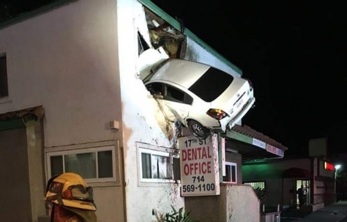 IMAGINI CA-N FILME! Un șofer drogat s-a înfipt cu mașina într-un apartament de la etajul 1 - ana70986500-1516089252.jpg
