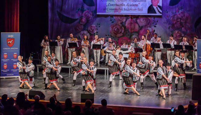 """Ansamblul """"Izvoare Dobrogene"""", pe scena Festivalului Naţional de Folclor de la Iaşi - ansamblu-1632497101.jpg"""