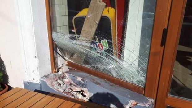 Foto: Un șofer de 80 de ani a ajuns cu mașina în vitrina unui restaurant