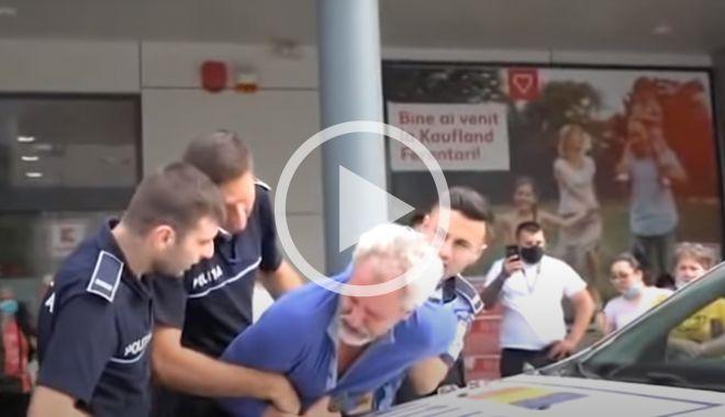 VIDEO / Scandal în fața unui hipermarket. Bărbat ÎNCĂTUȘAT fiindcă ar fi refuzat să i se ia temperatura - arestat-1590059571.jpg