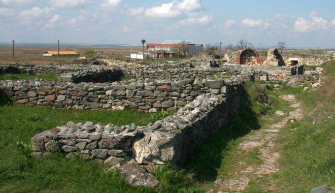 """Foto: """"Arheologia hărților"""", un proiect care cercetează siturile medievale dobrogene"""